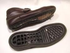 古い接着剤を綺麗に除去する必要が有るのですが、靴底接着面が凹形状になっていて、機械で除去できません。そこで、靴底交換(オールソール交換)となります。